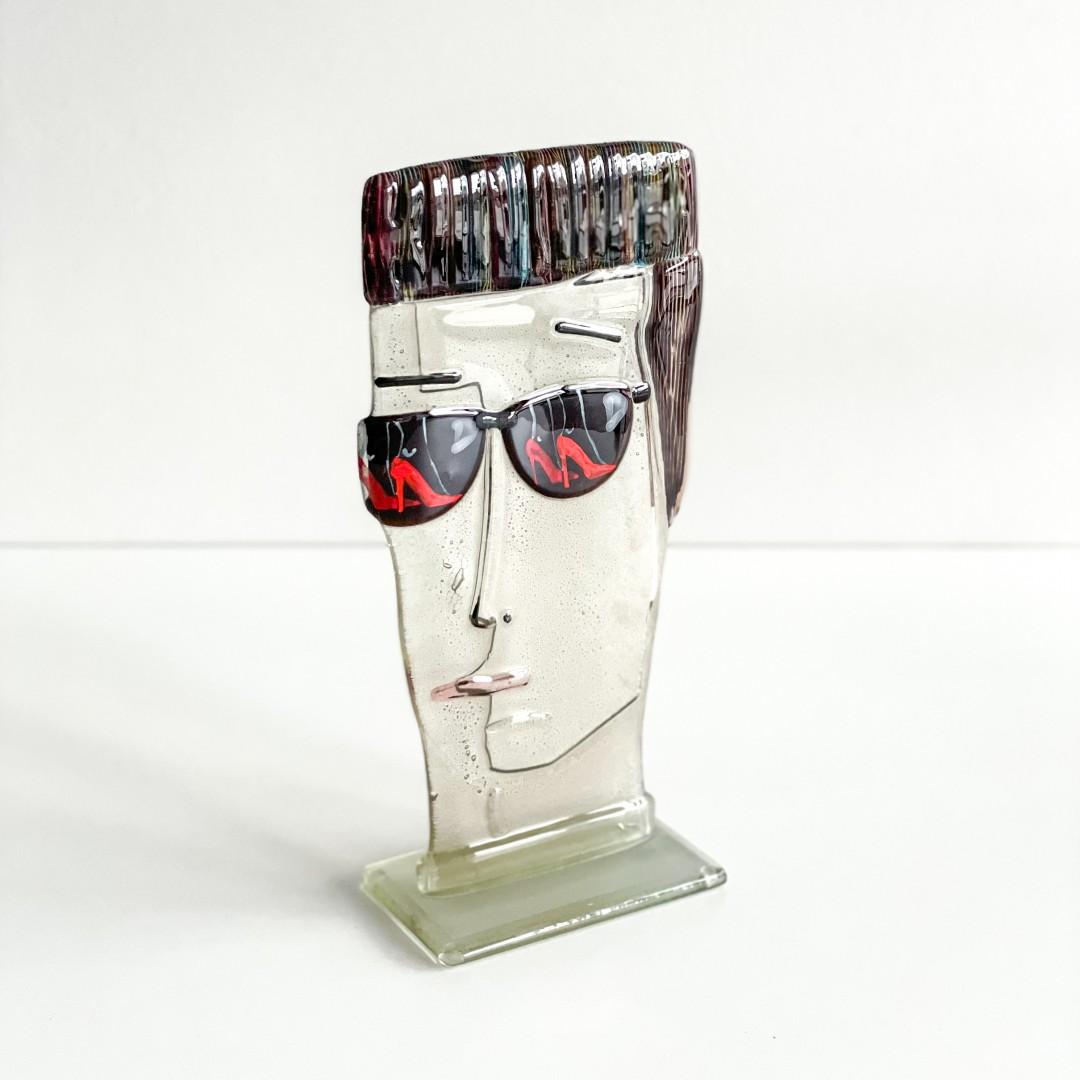 Mężczyzna w ciemnych okularach III